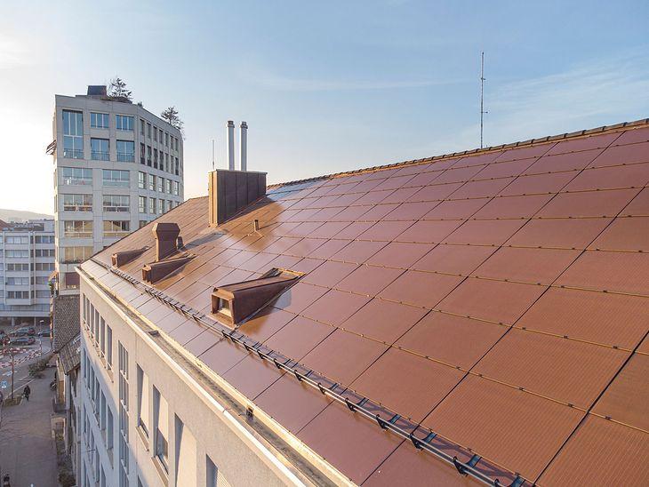Panele fotowoltaiczne w kolorze dachówki, Zurych