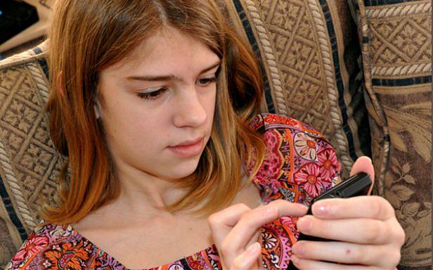 Dziewczyna ze smartfonem (Fot. Flickr/ GoodNCrazy/Lic. CC by)