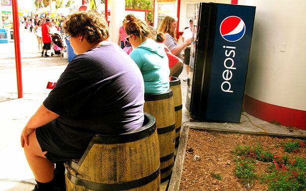 Facebook wpędza ludzi w kompleksy? (Fot. Flickr/JASON ANFINSEN/Lic. CC by-sa)