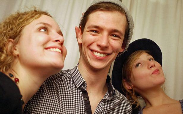 Przyjaciele - lepsi na żywo czy na Facebooku? Zobacz, jak usunąć konto na FB? (Fot. Flickr/barry.pousman/Lic. CC by)