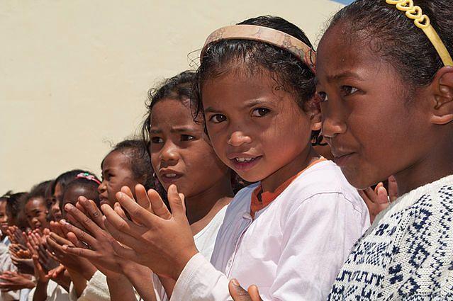 Malgaskie dziewczynki nie przypominają swych koleżanek z Mozambiku (fot. Saveoursmile CC-BY)