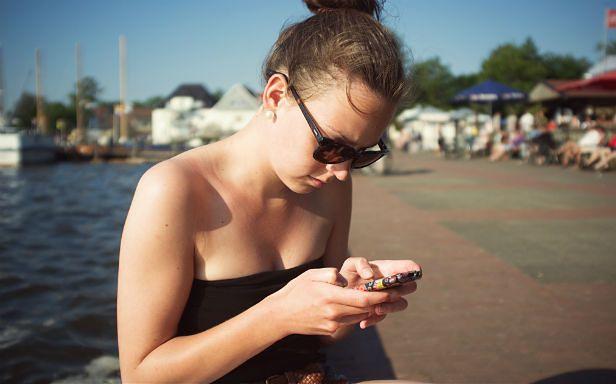 Dzień bez komórki? Nie będzie łatwo (Fot. Flickr/ The Big Shizzle/Lic. CC by)