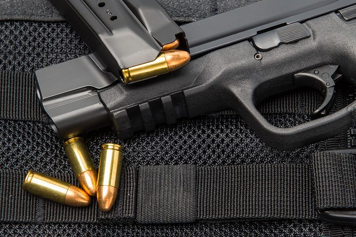 Zdjęcie pistoletu z nabojami pochodzi z serwisu Shutterstock