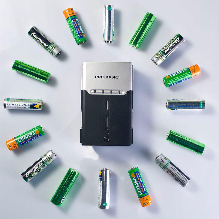Jaką kupić ładowarkę do akumulatorów? (fot. na lic. CC; Flickr.com/by Miles Cave)