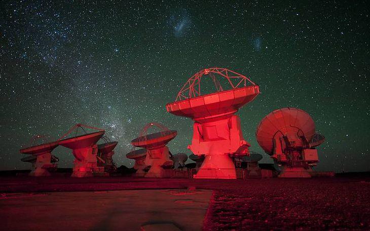 Radioteleskopy sieci ALMA. Nad nimi Mały i Wielki Obłok Magellana (Fot. Wikimedia Commons)