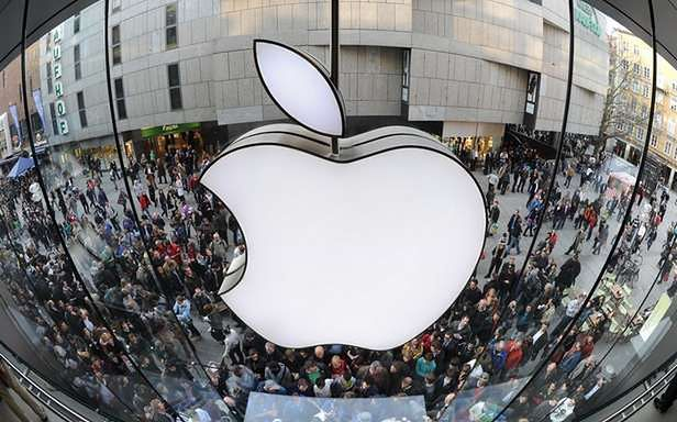 Tłum przed sklepem Apple'a (Fot. Mn.ru)