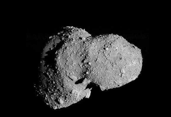 Nie każda planetoida jest suchym, absolutnie jałowym kawałem skały. Na zdjęciu: asteroida Itokawa (fot. JAXA)
