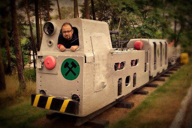 Autor w starej górniczej lokomotywie wąskotorowej