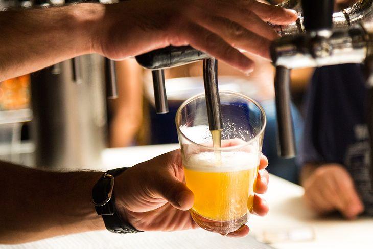 Samoobsługowe automaty do nalewania piwa mogą ułatwić pracę barów.