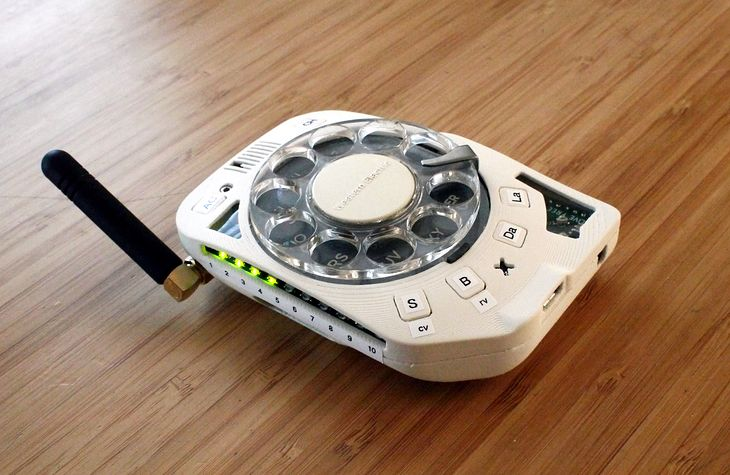 Ma okrągłą tarcze wybierania numerów, a to telefon komórkowy