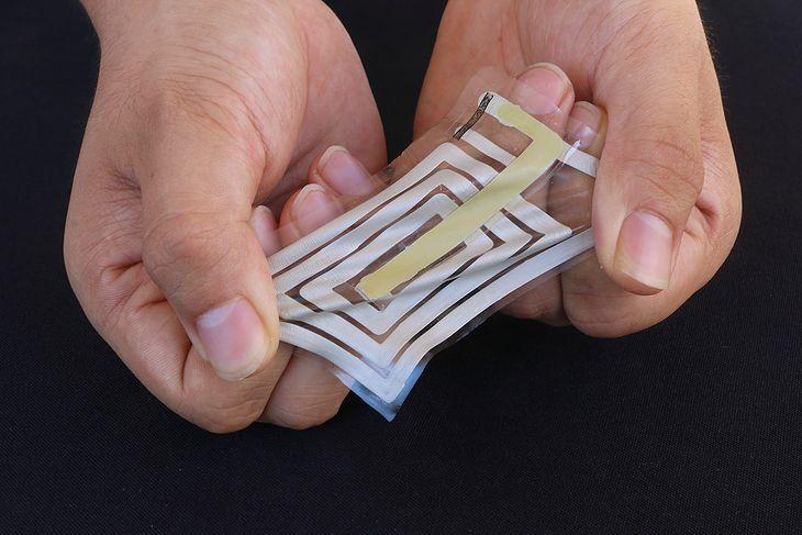 Elektroniczna naklejka, która mierzy parametry życiowe.