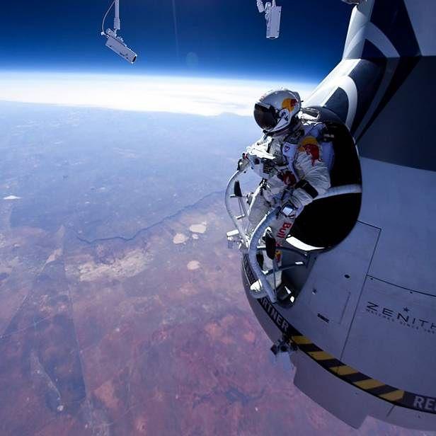 Felix Baumgartner na zewnątrz kapsuły (Fot. Wired.com)