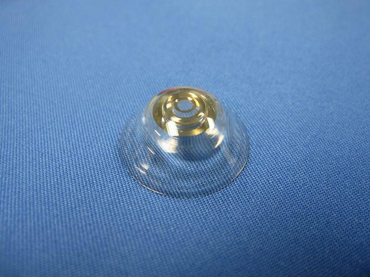 Soczewka kontaktowa z zoomem optycznym. Mrugnij, aby
