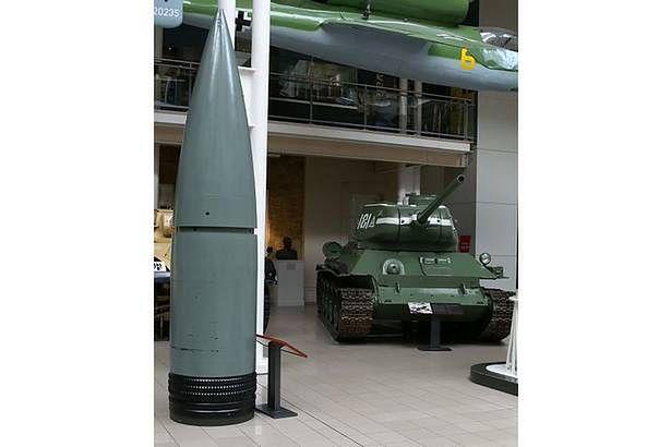80-centymetrowy pocisk na tle czołgu T-34