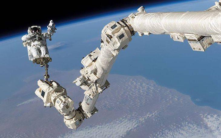 Ramię Canadarm2 wykorzystane w 2005 roku podczas spaceru kosmicznego Stephena Robinsona
