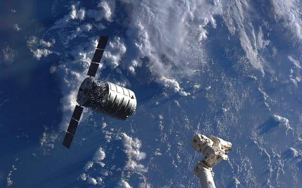 Statek transportowy Cygnus przed dokowaniem do ISS
