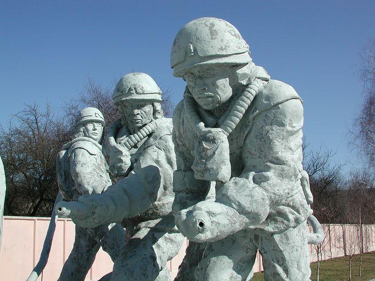Serial Czarnobyl opowiada m.in. o losach likwidatorów. Na zdjęciu fragment poświęconego im pomnika