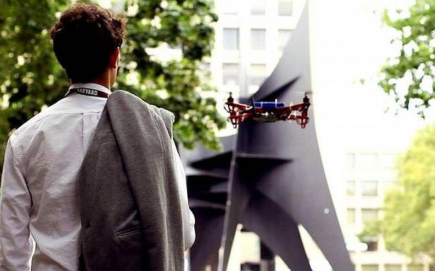 Dron w roli przewodnika