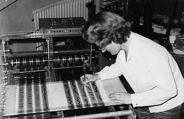 Daphne Oram komponująca muzykę na syntezatorze Oramics