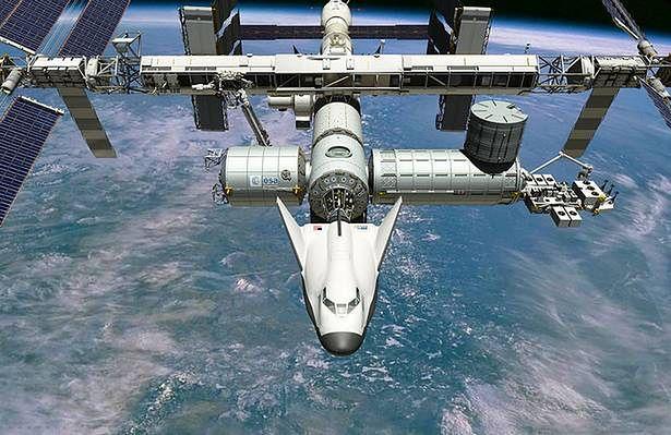 Artystyczna wizja Dream Chasera cumującego do ISS (Fot. Wikimedia Commons)