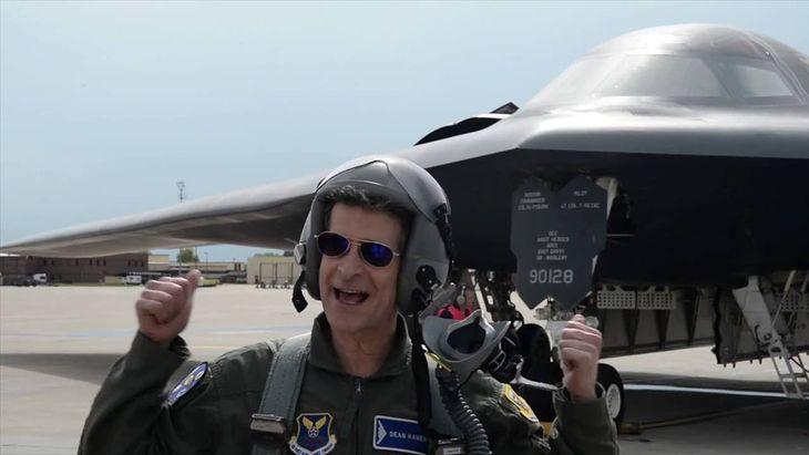 Dean Kamen po locie w kabinie bombowca B-2