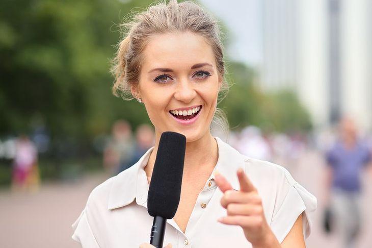 Zdjęcie dziennikarki z mikrofonem pochodzi z serwisu Shutterstock
