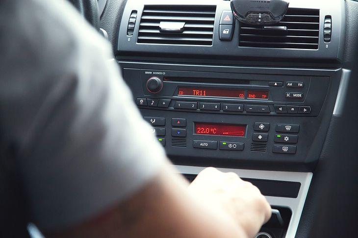 Dobre radio samochodowe nie musi kosztować fortuny - jakościowy sprzęt kupisz za mniej niż 350 zł
