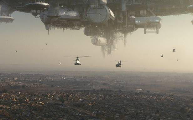 Czyżby statki kosmiczne obcych miały problemy techniczne? (kadr z filmu Dystrykt 9)