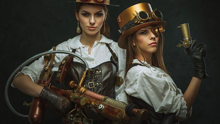 Zdjęcie dziewczyn w steampunkowej stylistyce pochodzi z serwisu Shutterstock
