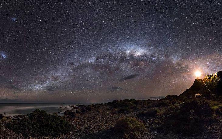 "Zwycięzca konkursu Astronomy Photographer of the Year 2013 w kategorii Earth and Space. ""Guiding Light to the Stars"", fot. Mark Gee"