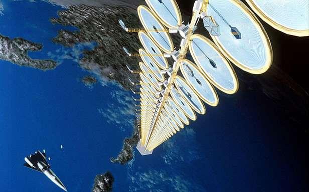 Artystyczna wizja elektrowni na orbicie. Tylko co tam robi SR-71 Blackbird? (Fot. Wikimedia Commons)