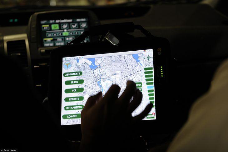 Tablet wykorzystywany jako nawigacja samochodowa.