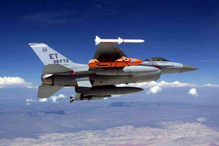 Testowy JASSM pod skrzydłem F-16