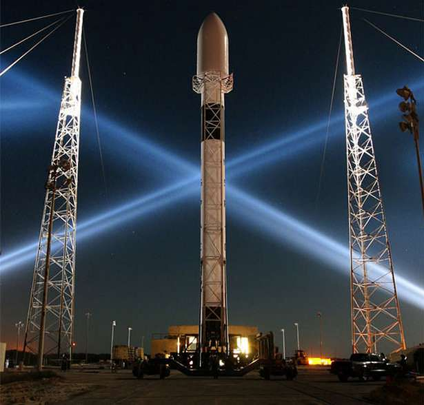 Rakieta Falcon 9 (Fot. Dvice.com)