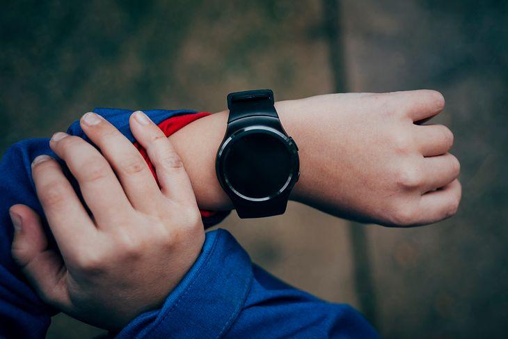 Gadżety takie jak smartwatch czy ładowarka indukcyjna nie muszą być drogie