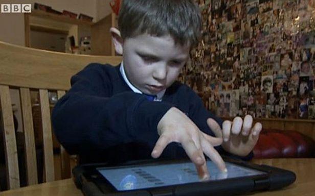 Mały Danny z tabletem (Fot. BBC)
