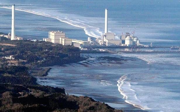 11 marca 2011 roku. Elektrownia zalewana przez fale (Fot. TheAtlantic.com)