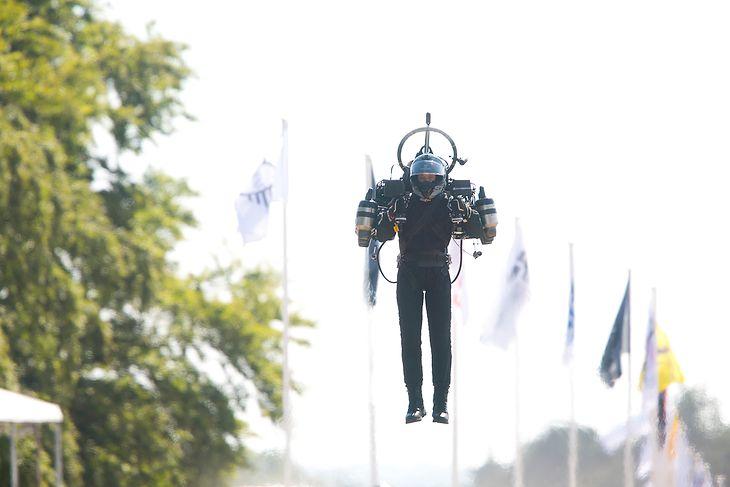 David Mayman lecący jetpackiem JB12.