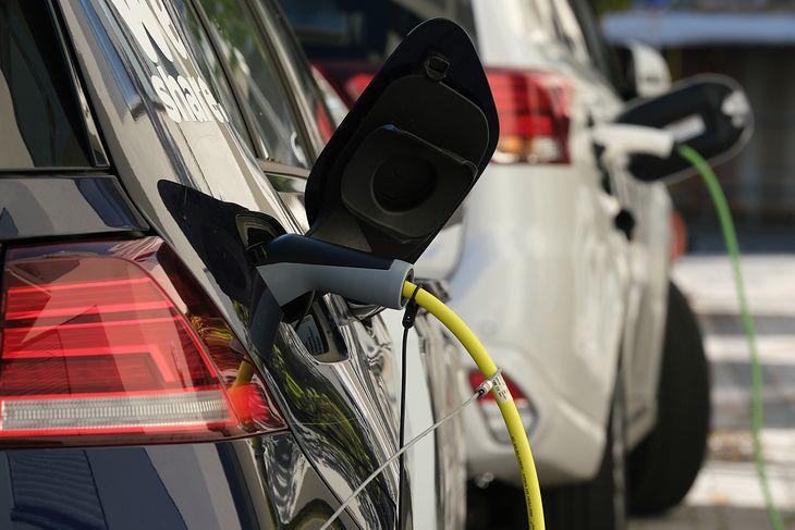Ładujące się samochody elektryczne. Zdjęcie ilustracyjne