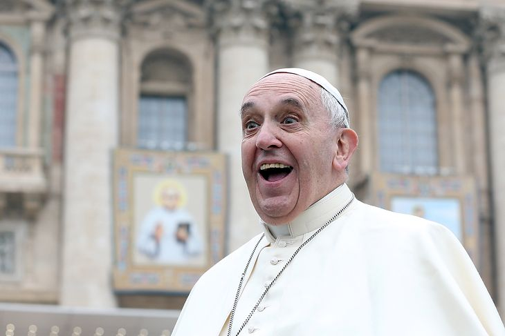 Papież Franciszek na Placu Św. Piotra w Rzymie.
