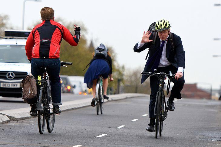 Premier Wielkiej Brytanii Boris Johnson na rowerze