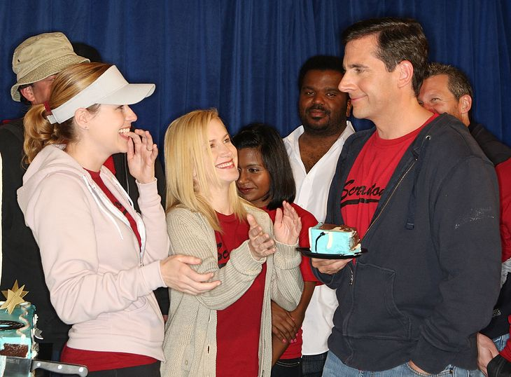 Aktorzy występujący w serialu The Office podczas celebrowania setnego odcinka. Od lewej na pierwszym planie: Jenna Fischer, Angela Kinsey i Steve Carell.