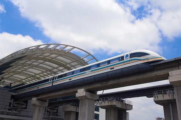 Kolej magnetyczna w Szanghaju. Zdjęcie ilustracyjne