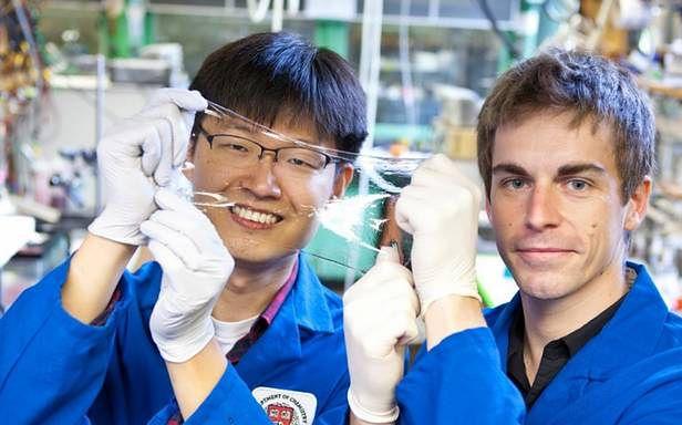 To nie wygląda jak głośnik! Na zdjęciu Jeong-Yun Sun i Christoph Keplinger ze swoim wynalazkiem