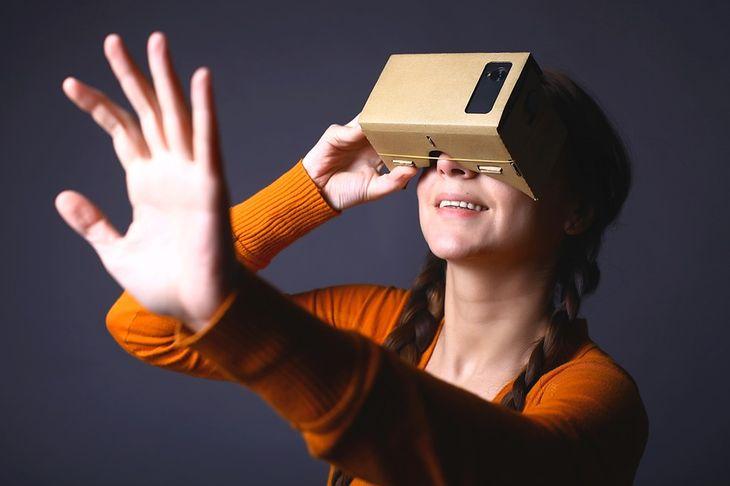 Zdjęcie kartonowych gogli VR pochodzi z serwisu Shutterstock