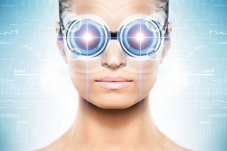 Zdjęcie kobiety w goglach VR pochodzi z serwisu Shutterstock