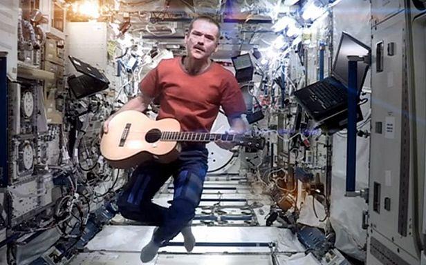 Chris Hadfield gra i śpiewa (Fot. YouTube)