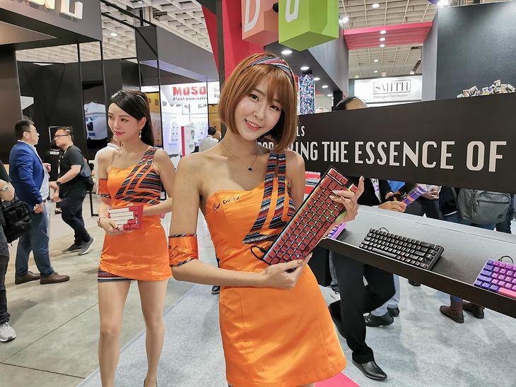 Wystawcy z Tajwanu próbują przyciągnąć uwagę każdym możliwym sposobem. Jednak poza urodziwymi hostessami nie zawsze mają coś ciekawego do pokazania.