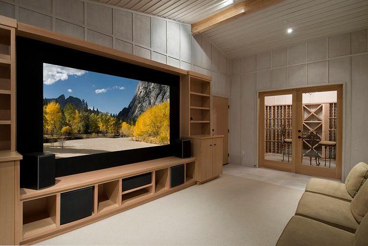 Duże telewizory świetnie sprawdzają się jako element kina domowego