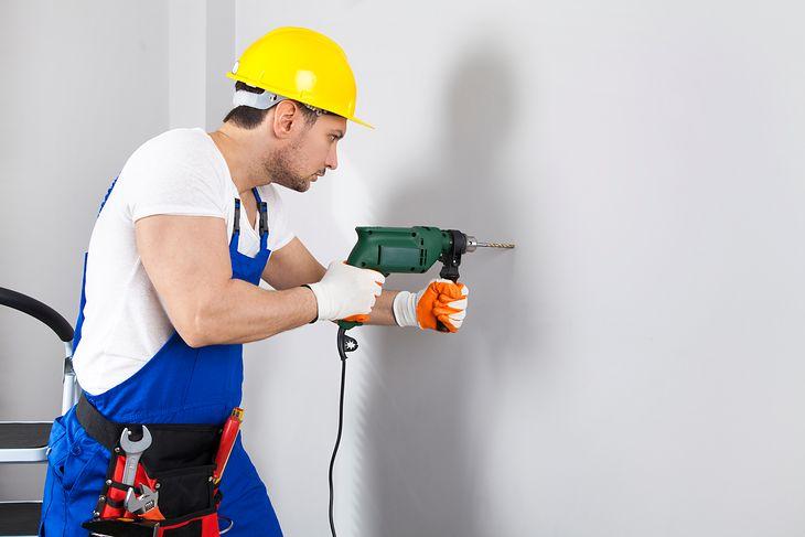 Otwór w betonowej ścianie można wywiercić nawet niedrogą wiertarką udarową